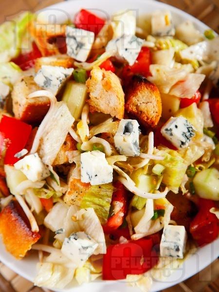 Салата с крутони, кълнове и синьо сирене - снимка на рецептата